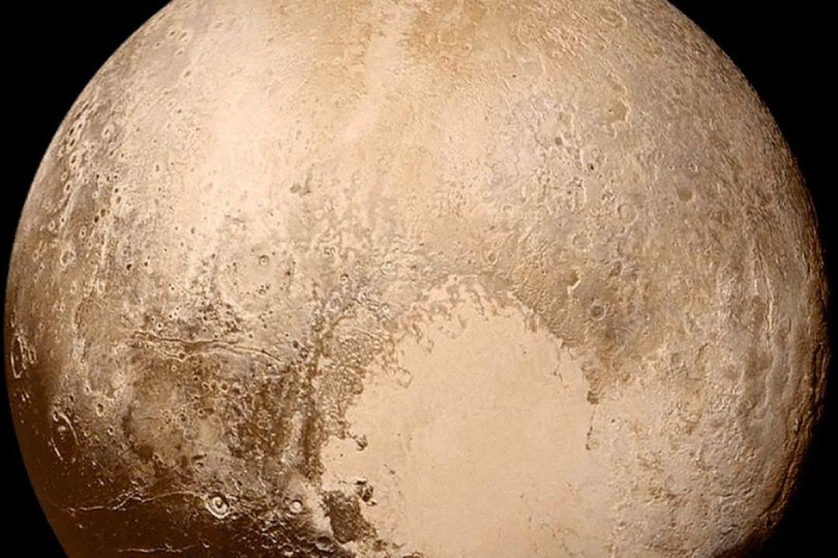 Planeta enano Plutón. Con altas montañas de hielo de agua que fluye y los glaciares de hielo de nitrógeno y metano, Plutón es un mundo sorprendentemente activo. Líneas de falla misteriosas, algunas cientos de millas de largo, pueden sugerir que Plutón tiene un océano oculto bajo la superficie.. Imagen Por: