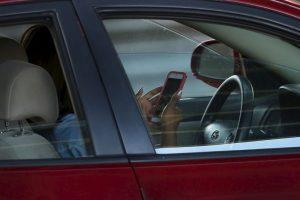 El conducir y redactar mensajes de texto por el teléfono celular amplía 23 veces la probabilidad de sufrir un accidente vial Foto:Getty Images. Imagen Por: