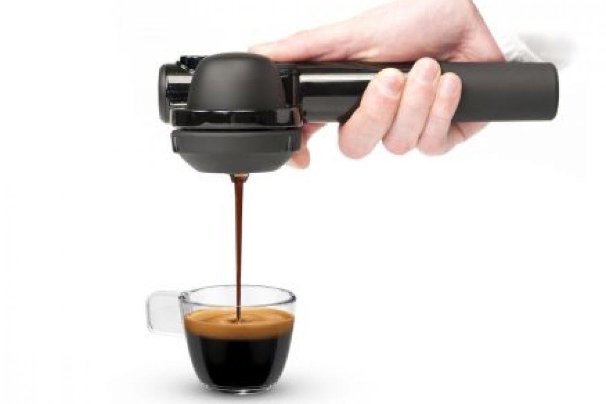 Este pequeño dispositivo portátil funciona presionando manualmente el aire en un extremo para conducir el agua caliente sobre el poso del café hacia el otro. Foto:Handpresso. Imagen Por: