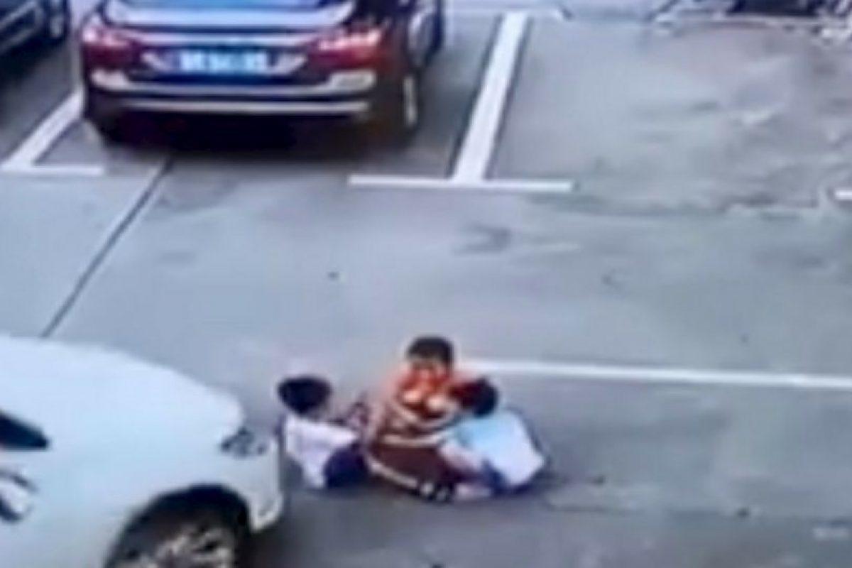 Los menores jugaban en un estacionamiento Foto:Captura. Imagen Por: