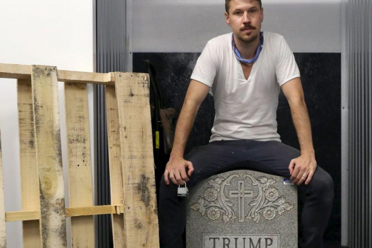 """Brian Andrew Whiteley con su escultura """"La lápida de Trump"""" Foto:AP. Imagen Por:"""