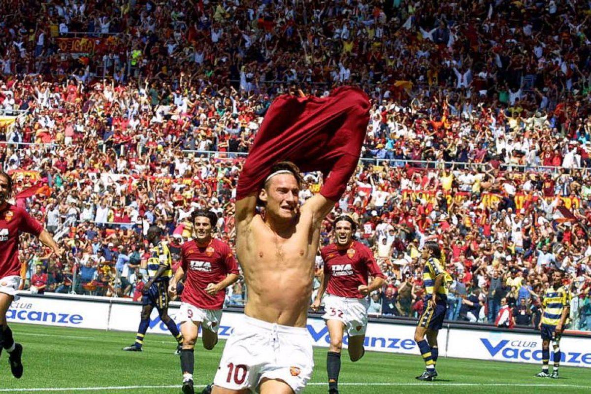 El legendario jugador de la Roma anotó su primer tanto el 4 de septiembre de 1994, al anotar el tanto que le permitió a Roma empatar ante el Foggia. Foto:Getty Images. Imagen Por: