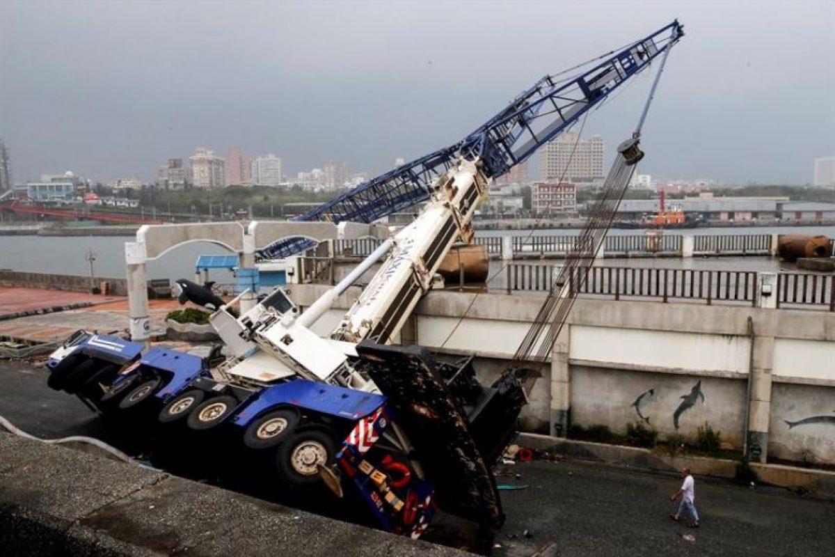 El pasó del tifón interrumpió el suministro de electricidad a más de 3,58 millones de abonados y paralizó casi totalmente el tráfico, con la cancelación de 426 vuelos, 122 viajes en barco y numerosas líneas ferroviarias Foto:Efe. Imagen Por: