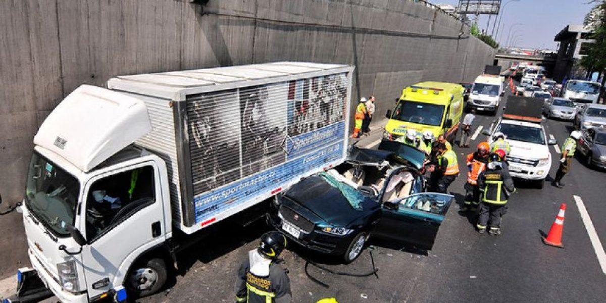 Choque entre camión y automóvil deja un muerto y un herido en la Autopista Central