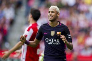 Raffael obligó a sus hijos a ir al estadio con la camiseta del Gladbach. A cambio les conseguirá una polera de Neymar Foto:Getty Images. Imagen Por: