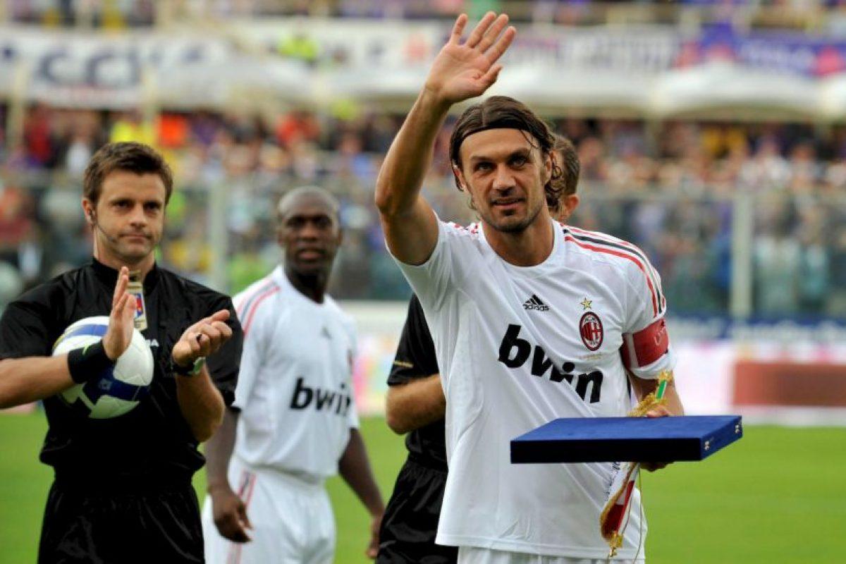 Cargaba con el peso de ser el hijo de Cesare Maldini, un histórico de AC Milán, pero supo sobrellevarlo y formó su propio camino. Como era de esperar, siguió los pasos de su padre y se calzó la camiseta de los Rossonero, donde estuvo 25 temporadas y se convirtió en ídolo. Capitaneó al equipo desde 1996 y lo hizo hasta su retiro en 2009, cuando ya tenía 41 años. Su palmarés en AC Milán tiene 26 títulos y contempla siete Serie A, cinco Champions League, una Copa de Italia, cinco Supercopa de Italia, cinco Supercopa de Europa, dos copa Intercontinental y un Mundial de Clubes. Foto:Getty Images. Imagen Por: