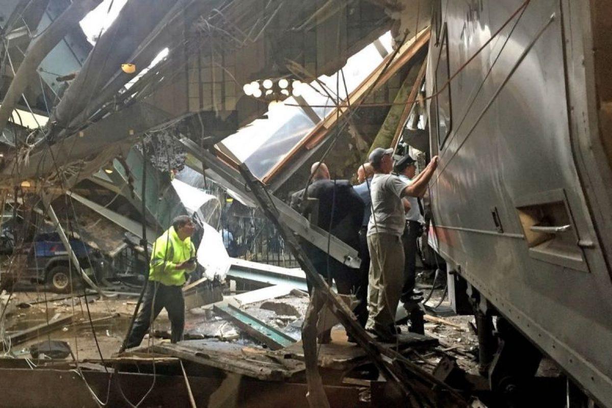 Las primeras imágenes sugieren que el tren no logró reducir la velocidad al ingresar a la estación y terminó por subirse a la plataforma, destrozando parte del techo. Foto:Getty. Imagen Por: