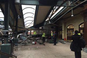 Las primeras imágenes sugieren que el tren no logró reducir la velocidad al ingresar a la estación y terminó por subirse a la plataforma, destrozando parte del techo. Foto:Reproducción Twitter. Imagen Por: