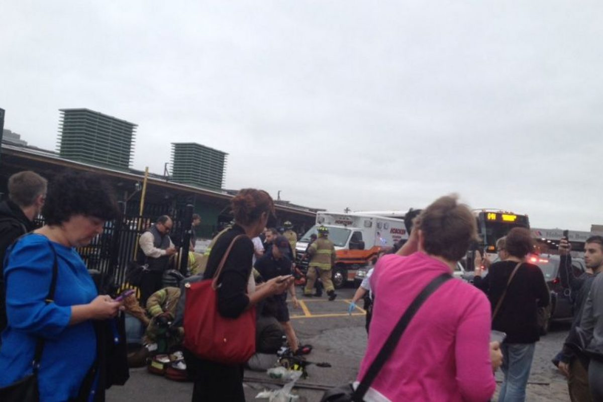 Las primeras imágenes sugieren que el tren no logró reducir la velocidad al ingresar a la estación y terminó por subirse a la plataforma, destrozando parte del techo. Foto:Afp. Imagen Por: