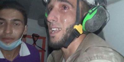 El conmovedor llanto de rescatista al salvar a una bebé de 30 días tras bombardeo en Alepo