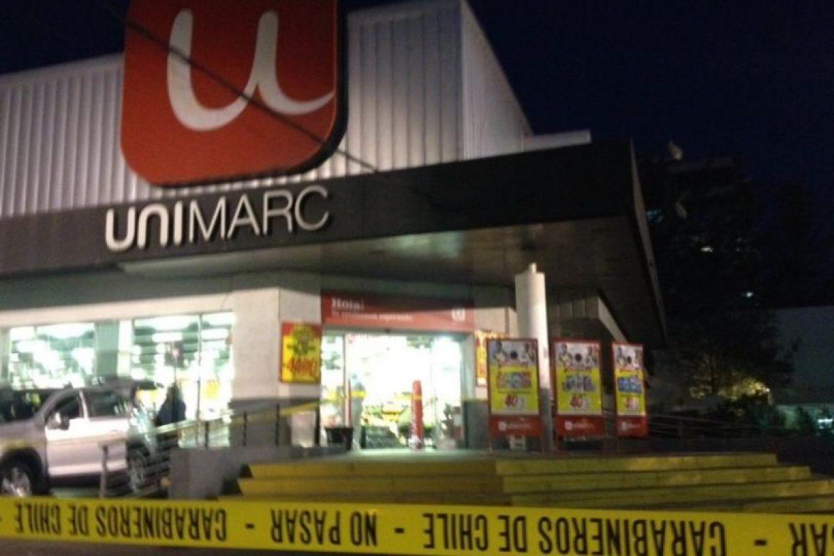 El hecho ocurrió en el supermercado Unimarc ubicado en el número 1.700 de avenida Manquehue, cuando el joven fue baleado en el pecho mientras intentaba evitar el ilícito que llevaban a cabo tres sujetos. Foto:Reproducción Twitter. Imagen Por: