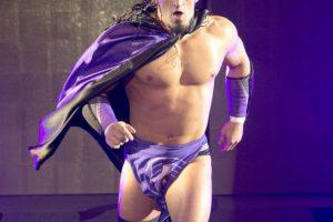 """""""El Hombre que la gravedad olvidó"""" – Neville Foto:WWE. Imagen Por:"""