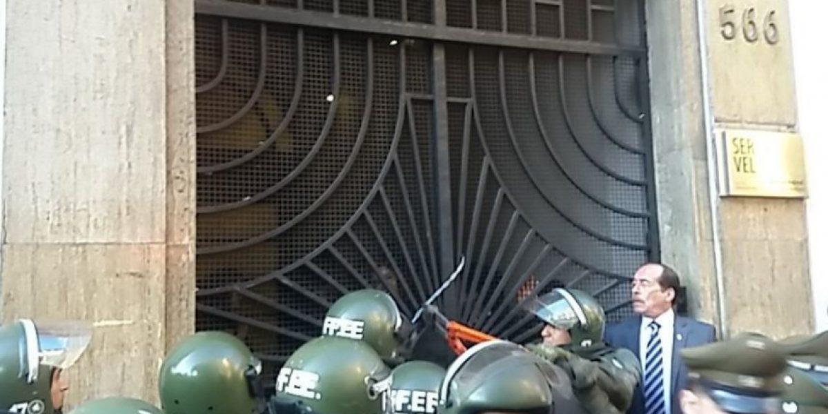 Estudiantes se toman el Servel en rechazo a uso de colegios como sede para las elecciones
