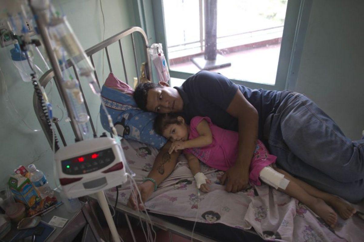 Maykol Pacheco abraza a Ashley en su cama de hospital Foto:AP. Imagen Por: