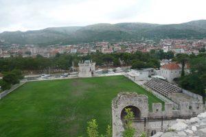 Estadio Batarija (Croacia). La casa del HNK Trogir está ubicado al costado del Castillo del Camarlengo y la Torre de San Marcos, ambos Patrimonio de la Humanidad de la Unesco, además de estar al borde de la costa del Adriático. Foto:Panoramio-Google Maps. Imagen Por: