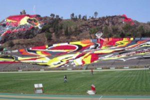 """Estadio Universitario Alberto """"Chivo"""" Córdoba (México). Es un estadio multiuso perteneciente a la Universidad Autónoma del Estado de México y fue inaugurado en 1964. Se ubica a un costado de la ladera del cerro Coatepec y llama la atención por tener un pintoresco mural en las gradas y también en el cerro. Foto:Captura de pantalla. Imagen Por:"""