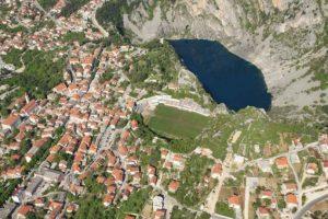 Stadion Gospin Dolac (Croacia). Desafiando a la naturaleza, el estadio que pertenece NK Imotski está ubicado en medio de las montañas y al borde de un acantilado que da directo a un lago. Foto:Captura de pantalla. Imagen Por: