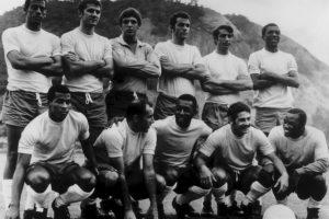 Carlos Alberto (primero desde izquierda a derecha, sentados) – defensa por derecha Foto:Getty Images. Imagen Por: