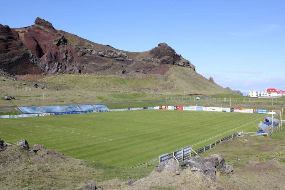 Hasteinsvollur (Islandia). Está situado en Islandia y su principal atractivo es que está ubicado a un costado de un volcán. Tiene capacidad para 2800 espectadores y ahora lo ampliarán a 3500. Foto:Wikimedia Commons. Imagen Por: