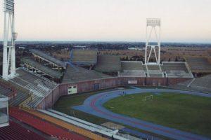 Mmabatho Stadium (Sudáfrica). El estadio multiuso ubicado en Mafikeng llama la atención por la insólita ubicación de sus tribunas, las que albergan a 59 mil espectadores. Imagen Por: