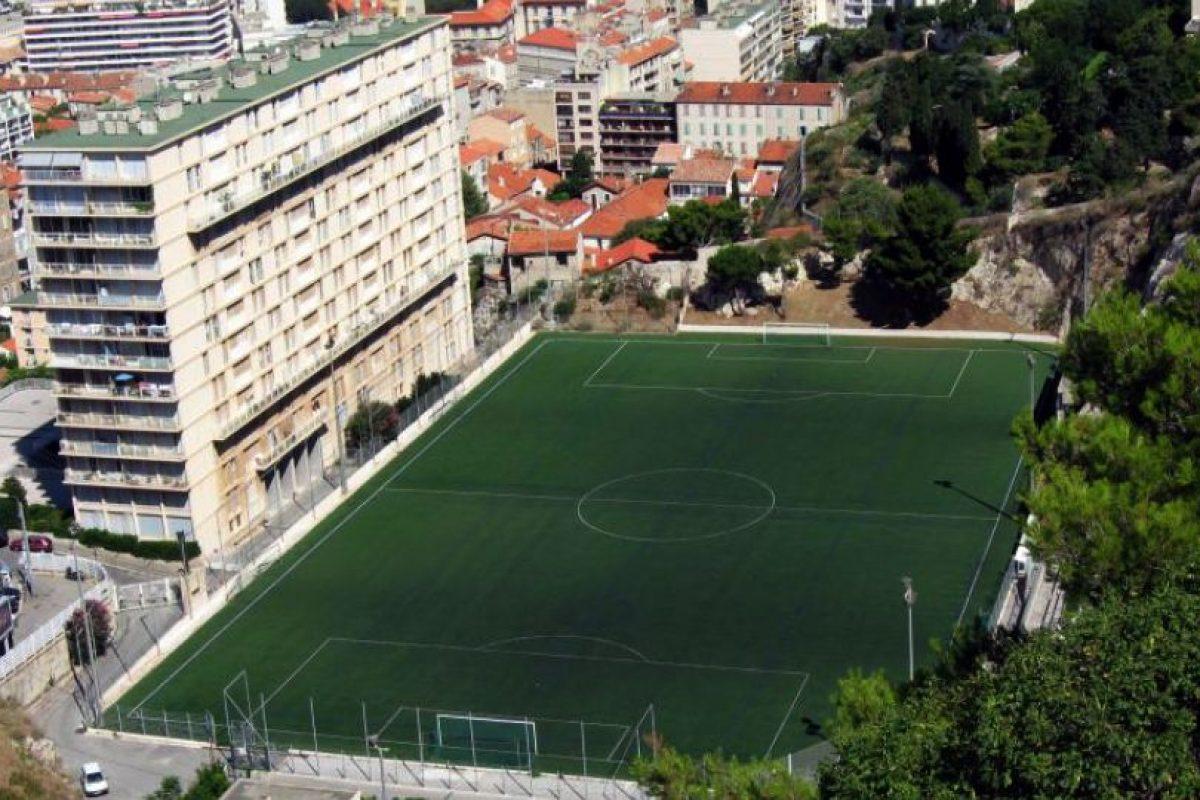 Stade Francis di Giovanni (Francia). El estadio del Unión Sportive Marsella de Francia está enclavado a un costado de un bloque de edificios, dándole una amplia sombra a un sector de la cancha. Foto:Wikimedia Commons. Imagen Por: