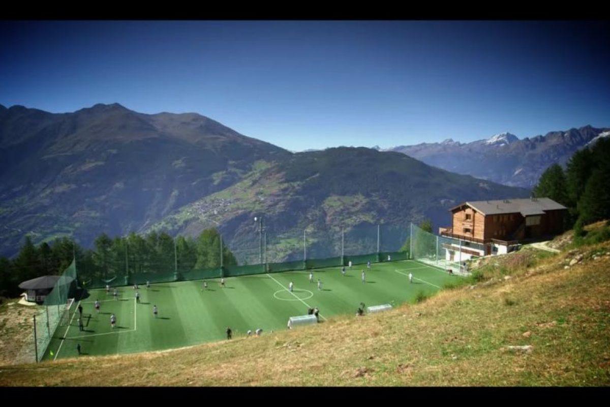 Estadio Ottmar Hitzfeld (Suiza). Llevando el nombre del histórico jugador alemán del Basilea, donde obtuvo dos torneos locales, el estadio suizo es el que se encuentra a mayor altura en Europa. Hay que tomar un teleférico para llegar a los 2000 metros. Foto:Captura de pantalla. Imagen Por: