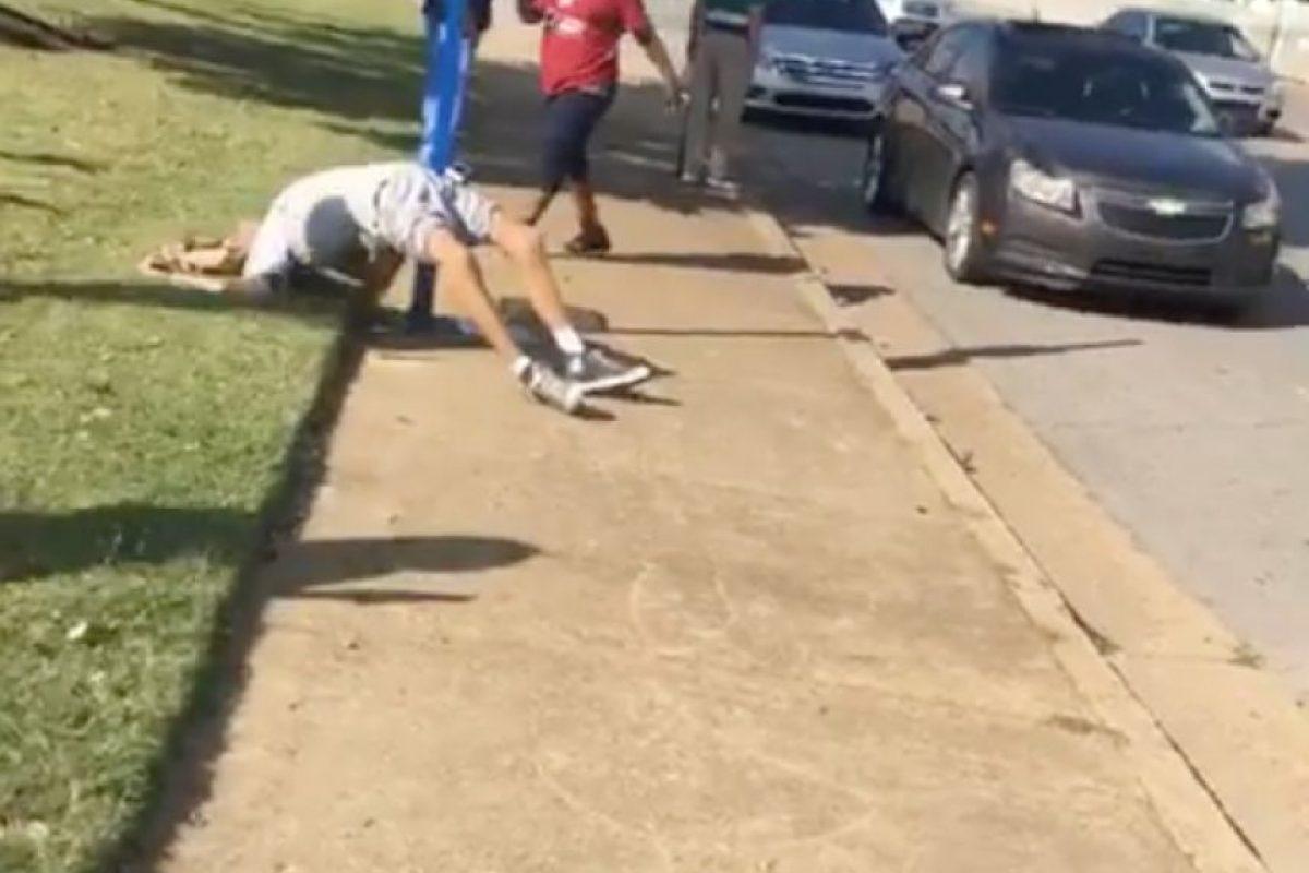 El registro tomado por Garner no fue el único, pues en el video se puede ver al menos dos personas tomando fotografías con sus celulares y burlándose de la preocupante situación. Foto:Reproducción Facebook. Imagen Por: