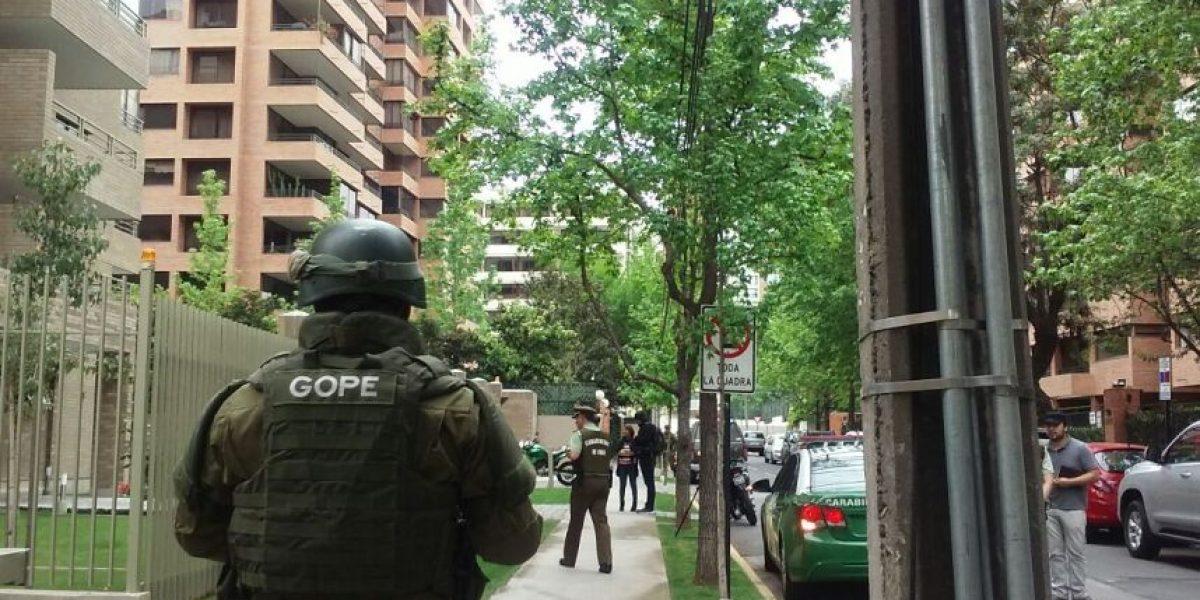 Minutos de tensión: hombre se parapetó en departamento de Las Condes