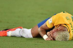 El codazo dejó sangrando a Neymar y tuvo que ser reemplazado Foto:AFP. Imagen Por:
