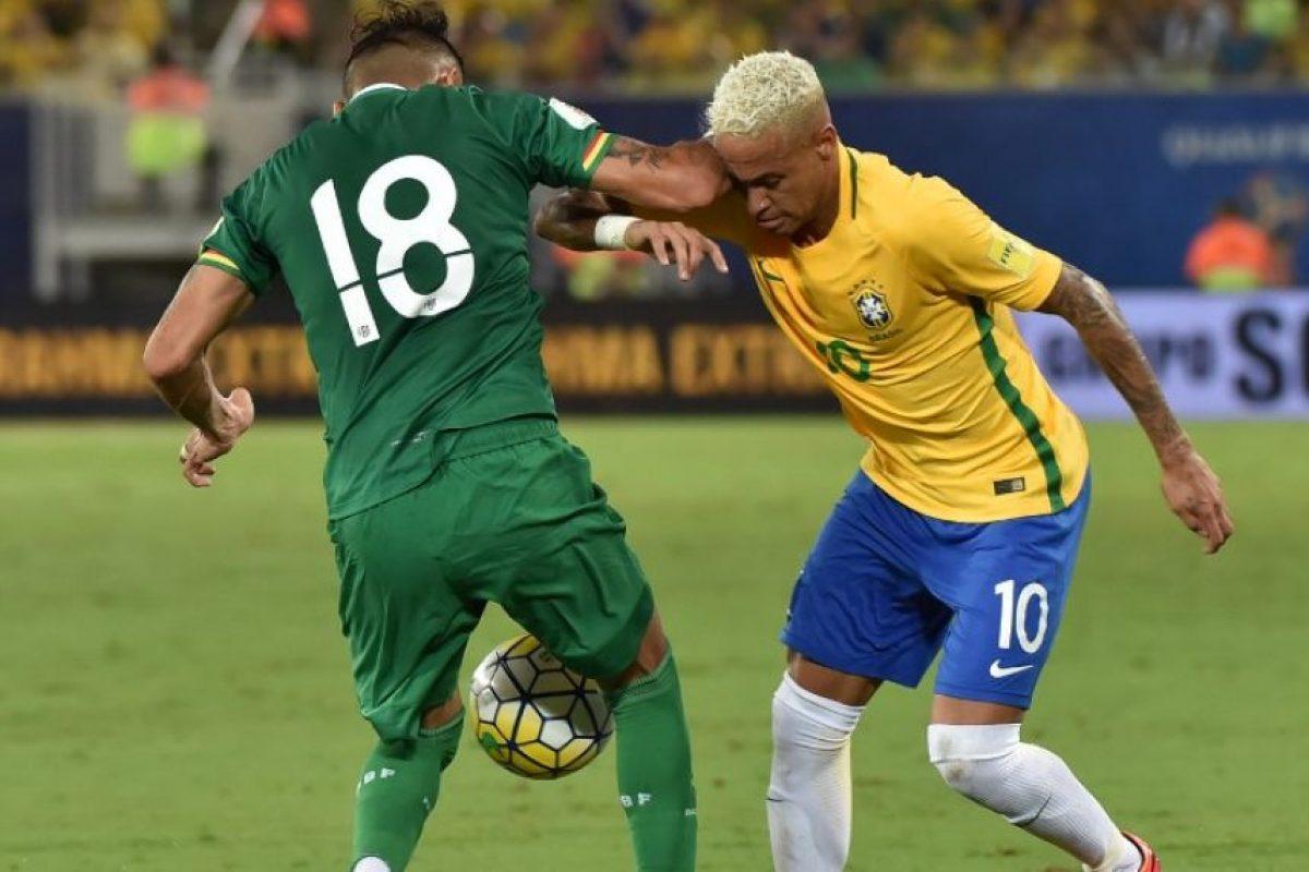 Yasmani Duk no aguantó que le hicieran un túnel y le lanzó un codazo a Neymar. Imagen Por: