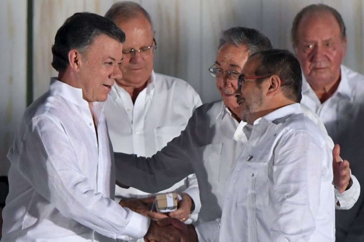 Juan Manuel Santos y Rodrigo Londoño; firmando el acuerdo de paz Foto:AFP. Imagen Por: