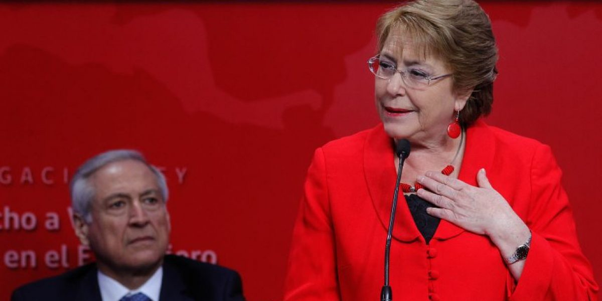 Ingreso de Bachelet a Twitter: la estrategia que debiese seguir la Presidenta