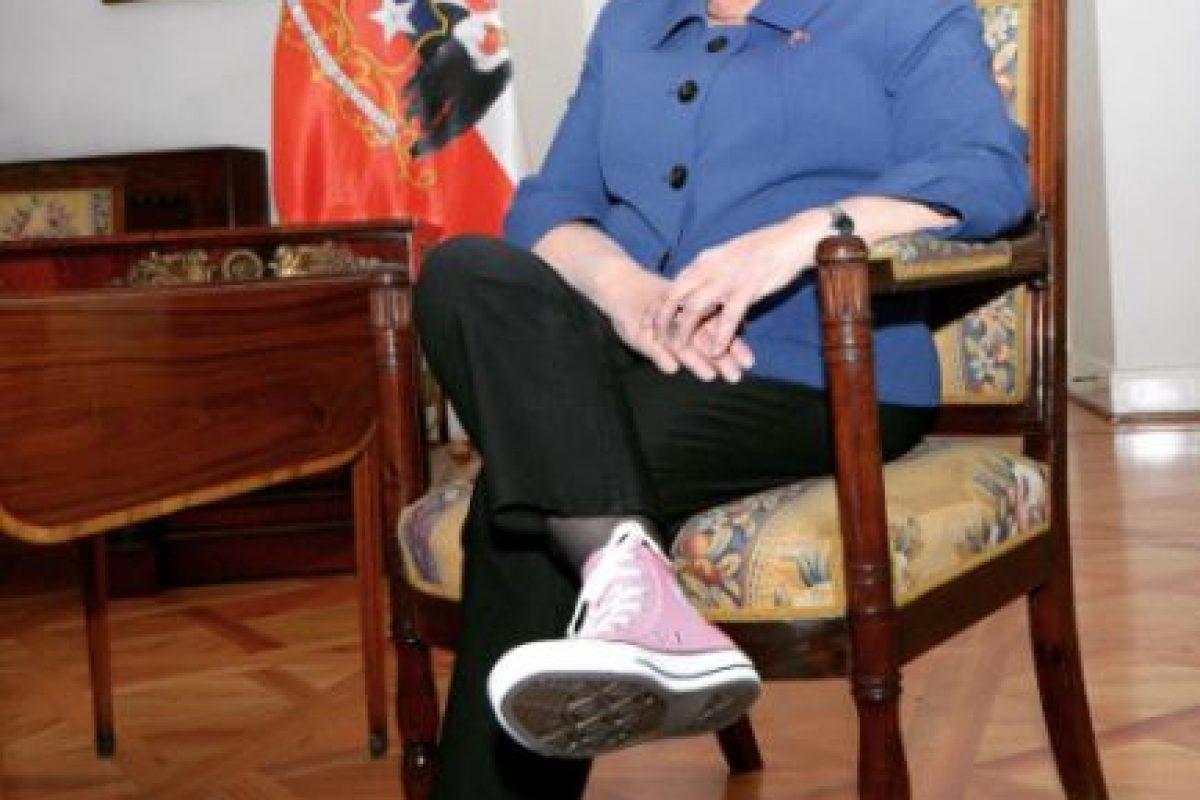 A través de la cuenta de Instagram de presidencia, Bachelet apoyó a la campaña contra el cáncer de mamas usando unas clásicas converse rosadas. Foto:Agencia UNO. Imagen Por: