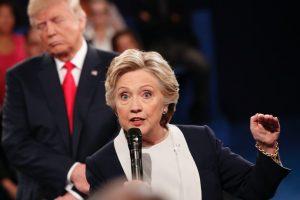 Donald Trump y Hillary Clinton cruzaron este domingo acusaciones en un tenso debate presidencial, empañado por un nuevo escándalo para el republicano por declaraciones abusivas sobre mujeres y acusaciones contra Bill Clinton. Foto:Afp. Imagen Por: