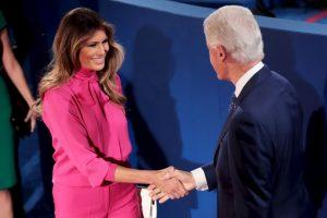 El saludo entre Bill Clinton y Melania Trump Foto:Getty Images. Imagen Por: