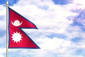 """Erbez y el emblema de Nepal: """"Es muy popular entre los vexilologos porque es la única que no es cuadrangular sino que está formada por dos triángulos, es decir dos banderas orientales que representan al hinduismo y al budismo. Es corta y ondea poco pero muy particular"""". Foto:Reproducción. Imagen Por:"""