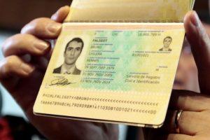 """Un extranjero nacionalizado chileno, posee un pasaporte que fija como su ciudad natal """"Budapest, Austria"""", siendo que dicha ciudad es capital de Hungría. También hay casos de nombres mal escritos o firmas puestas al revés. Foto:Agencia UNO. Imagen Por:"""