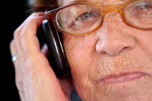 Los celulares sencillos y con números grandes son útiles para personas de la tercera edad que buscan un accesorio fácil de usar. Foto:Agencia UNO. Imagen Por: