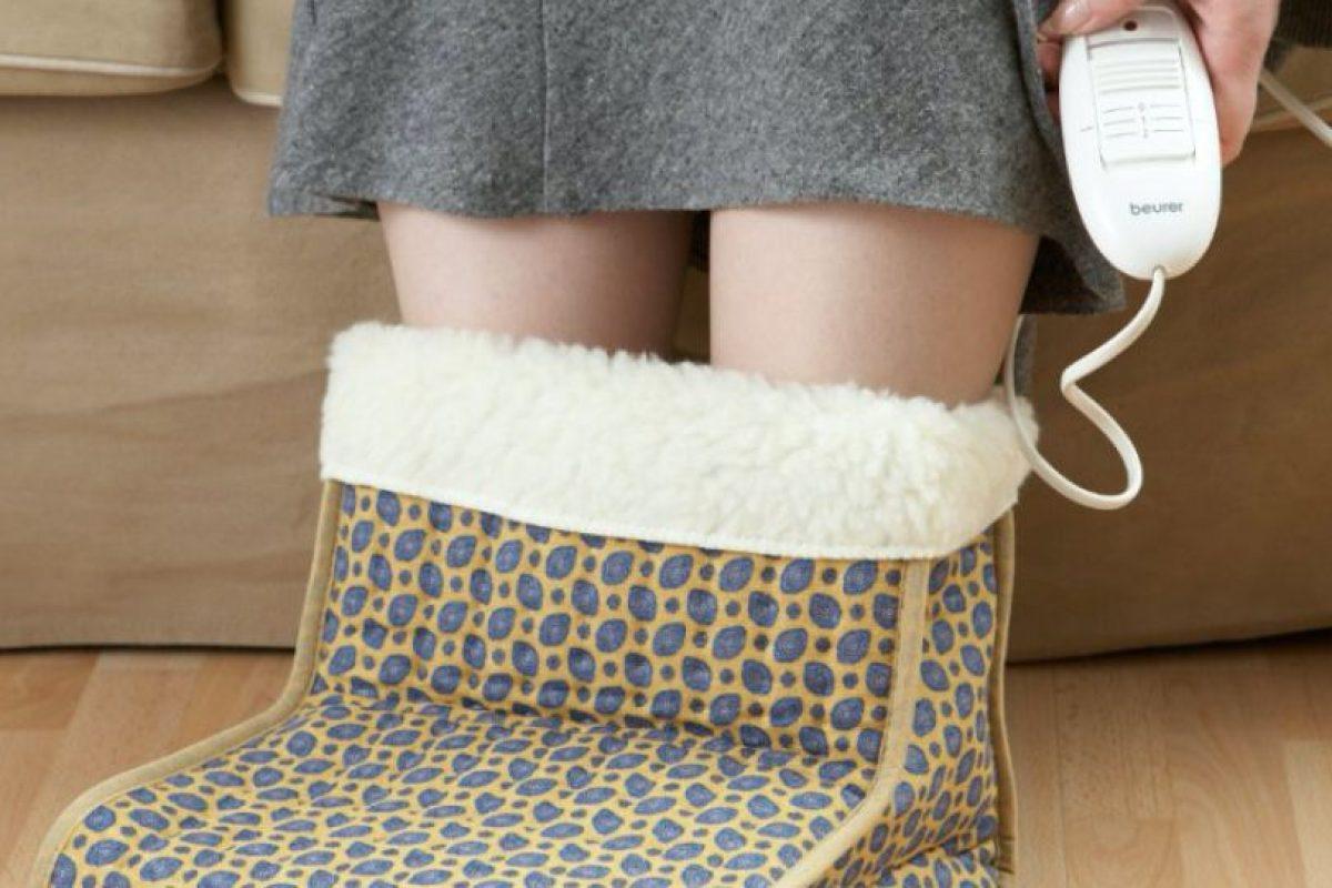 Si tus padres o abuelos disfrutan de películas o una tarde de bordado en la sala de estar, estas botas calienta pies pueden ser un gran regalo. Foto:Gentileza de Beurer. Imagen Por: