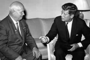 Nikita Jruschev y John F. Kennedy. Foto:Getty. Imagen Por: