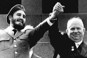 Fidel Castro, presidente de Cuba, y Nikita Jruschev, presidente de la Unión Soviética. Foto:AFP. Imagen Por: