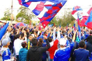 El parlamentario afirmó que el Tribunal de Disciplina de la ANFP estaría investigando la relación de la barra de Universidad de Chile con la dirigencia de Azul Azul, de la misma manera que se está haciendo en Colo Colo. Foto:Agencia UNO. Imagen Por: