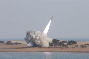 Las resoluciones de la ONU prohíben a Corea del Norte cualquier programa balístico y nuclear. Este lanzamiento se produce en momentos en que el Consejo de Seguridad de la ONU debate nuevas sanciones contra Pyongyang tras su quinto ensayo nuclear del 9 de septiembre. Foto:Afp/ IMagen Referencial. Imagen Por: