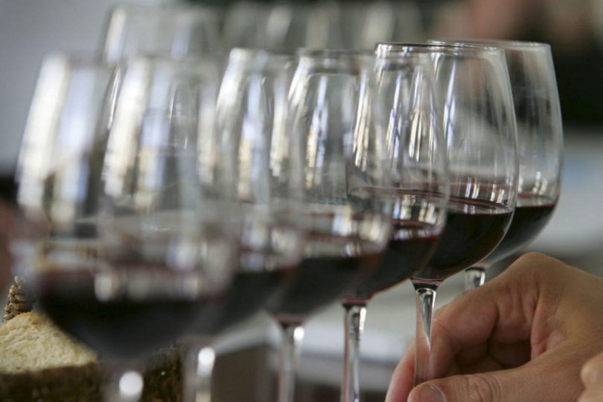 También es limpiador de paladar: Tomado durante la comida, el vino ayuda a percibir mejor los sabores que cuando esta se acompaña con agua. Foto:Getty Images. Imagen Por: