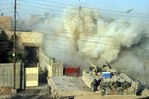 Un tanque estadounidense ataca durante la Segunda batalla de Fayula, en 2004. Foto:Getty. Imagen Por: