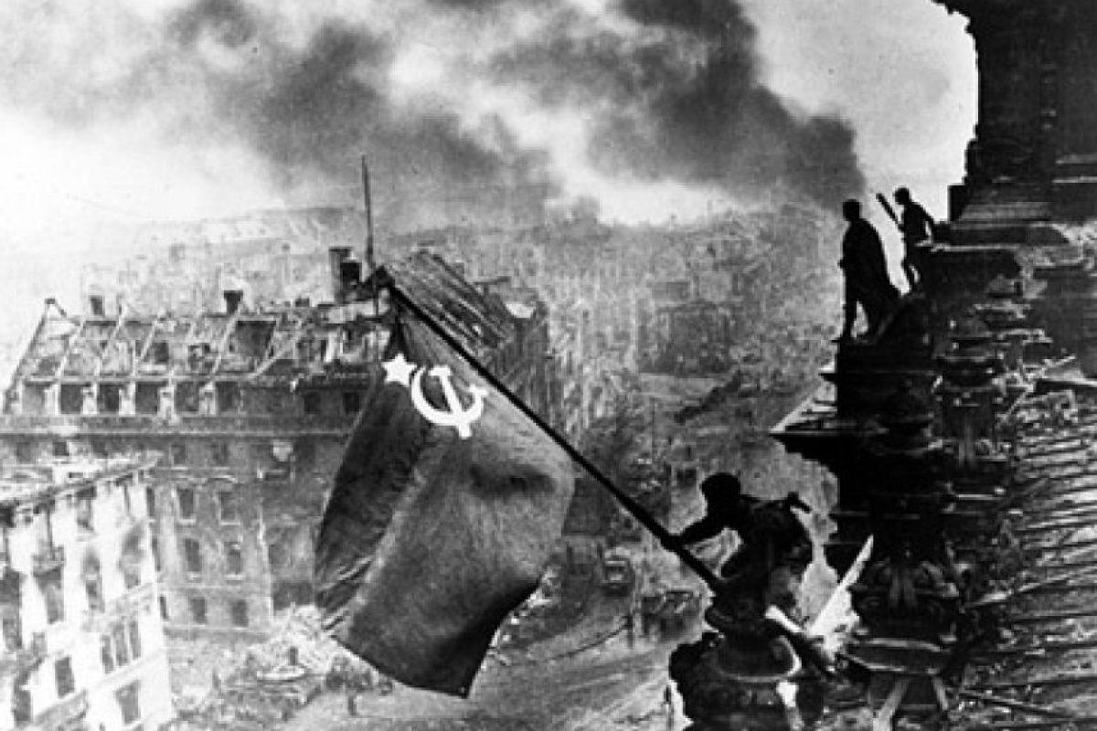 Las tropas soviéticas agitan la bandera de la URSS sobre el Reichtag, la sede del parlamento alemán, en 1945. Foto:Getty. Imagen Por: