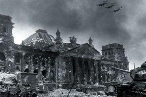 Bombarderos soviéticos sobrevuelan la sede del Reichtag, completamente destruida, en 1945. Foto:Getty. Imagen Por:
