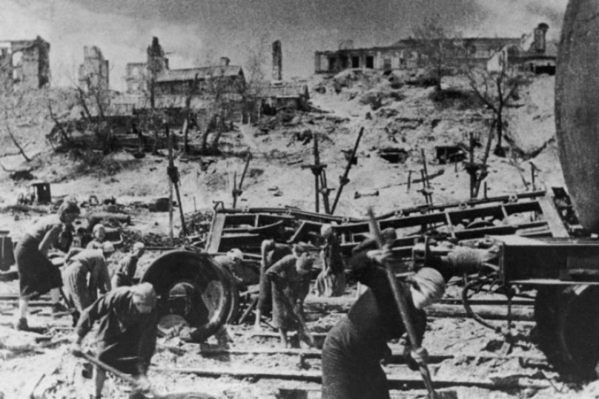 Mujeres soviéticas trabajan en montar defensas en Stalingrado contra las tropas nazis. Foto:Getty. Imagen Por: