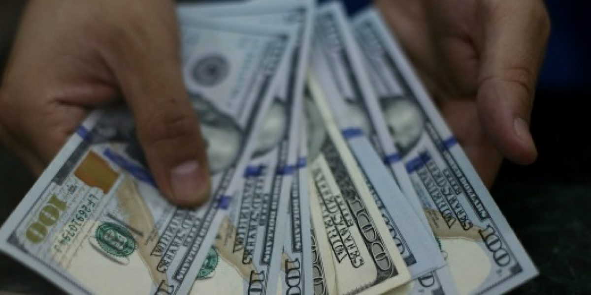 Dólar cae de los 670 pesos por IPC en EEUU