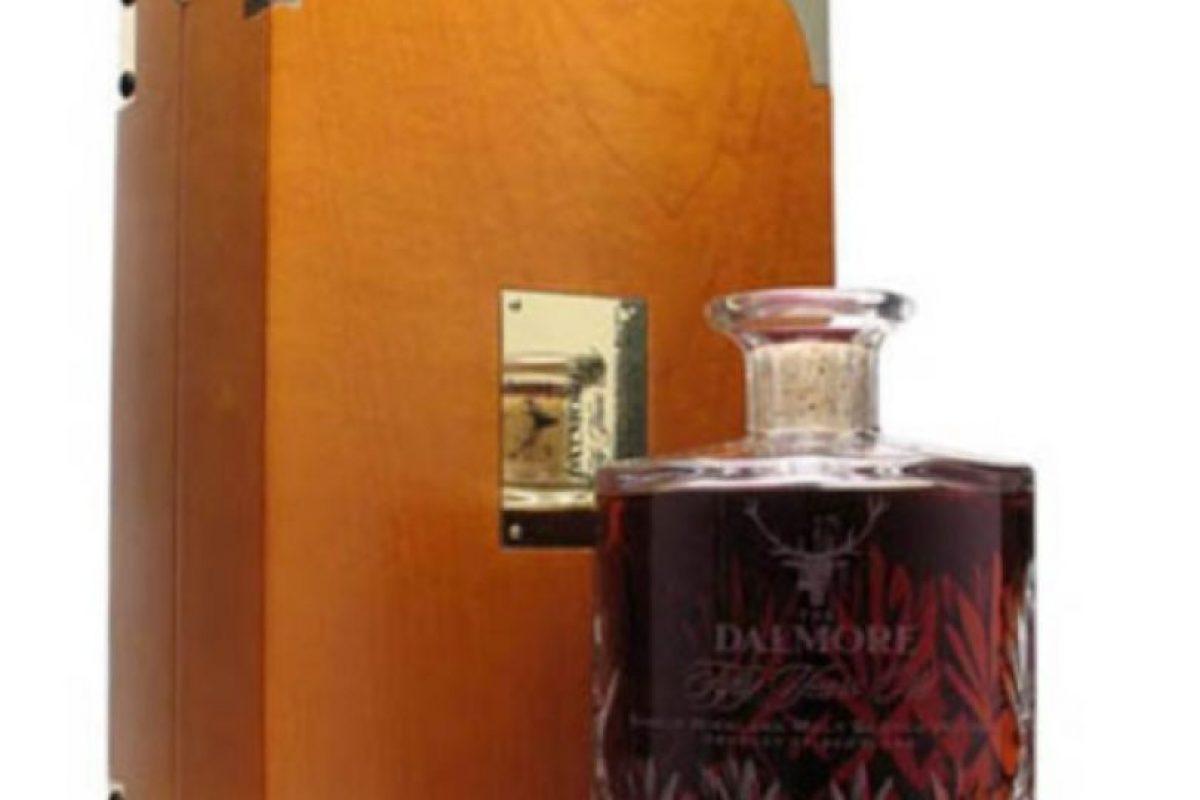 Un wisky para reyes. Las doce botellas Dalmore de la maletería Matheson, producidas en 1943 con cuatro maltas de los años 1868, 1926 y 1939. Fueron vendidas por 43 mil dólares cada una (unos $28 millones) Foto:Reproducción. Imagen Por: